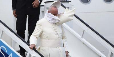 Hasta el solideo (gorrito) le hace pasar malos ratos… Foto:AFP