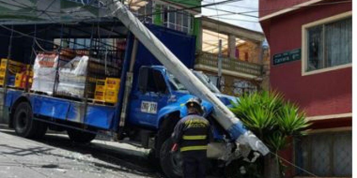 Aparatoso accidente de un camión en Bogotá