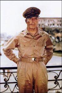 El comandante Douglas MacArthir, un militar estadounidense que dirigió las Fuerzas Aliadas en el Frente del Pacífico del Sur, durante la Segunda Guerra Mundial. Foto:Wikipedia