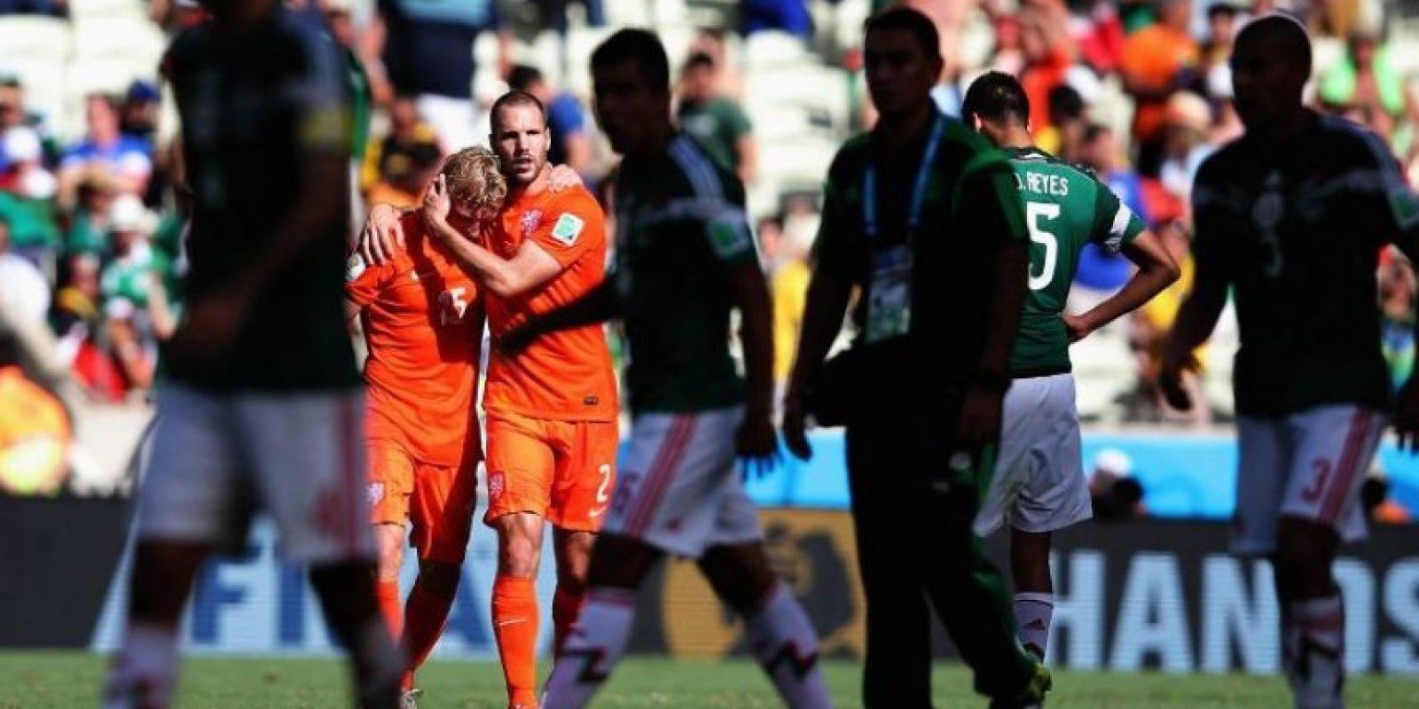 """Pero el """"sueño"""" se les acabó pronto a los mexicanos. Al 88', Wesley Sneijder empató el encuentro y al 94', Klaas Jam Huntelaar marcó el 2-1 con un polémico penal. Cerca de la línea de meta, Arjen Robben se disponía a centrar cuando Rafa Márquez llegó a quitarle la pelota y tras un leve contacto de sus zapatos, el holandés """"voló"""" y la pena máxima fue cobrada. Foto:Getty Images"""