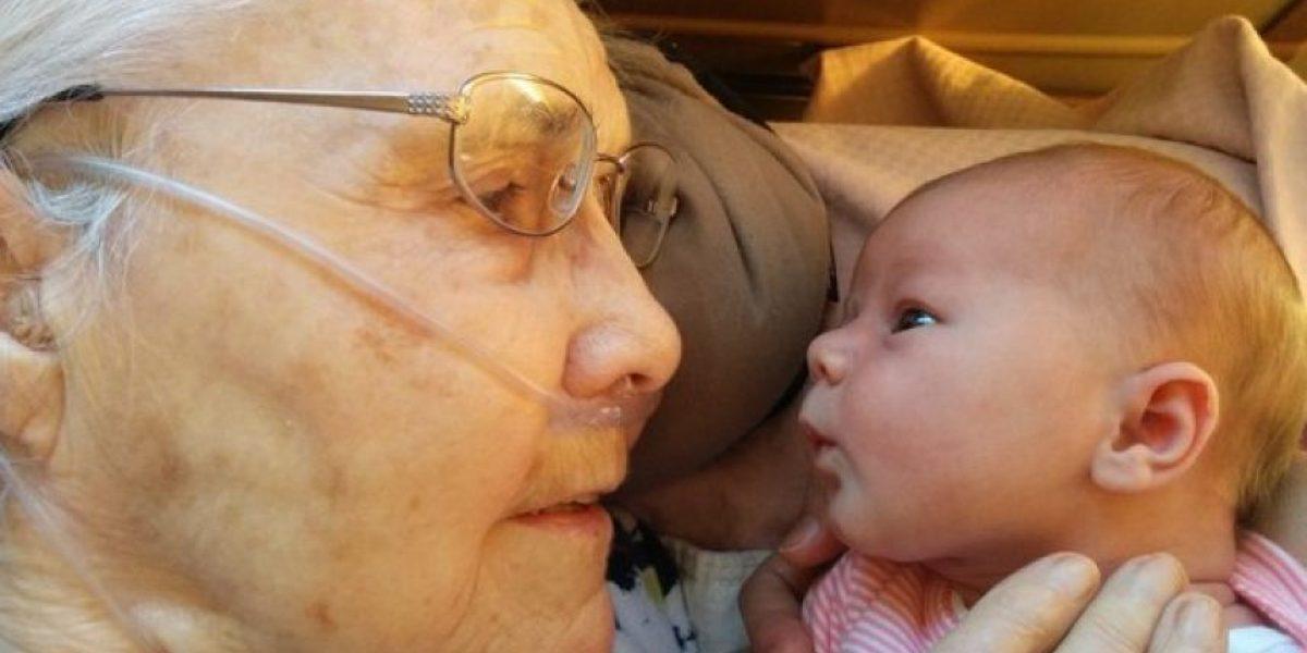 Mujer de 92 años y bisnieta de dos días de nacida se hacen virales con esta tierna foto