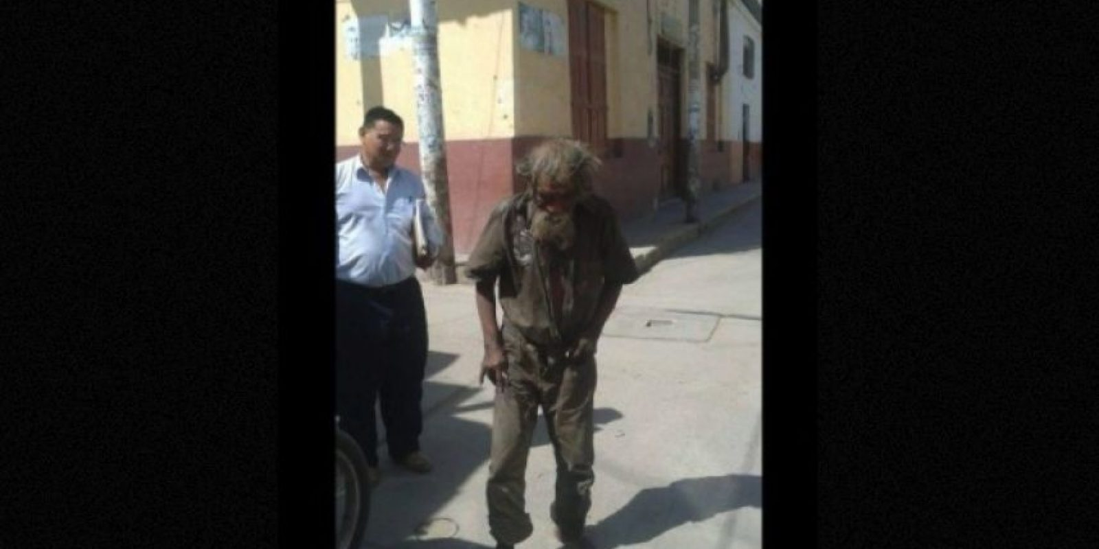 """Habitantes de un pueblo regalan un """"cambio de imagen"""" a un indigente Foto:facebook.com/municipalidaddeferrenafe"""