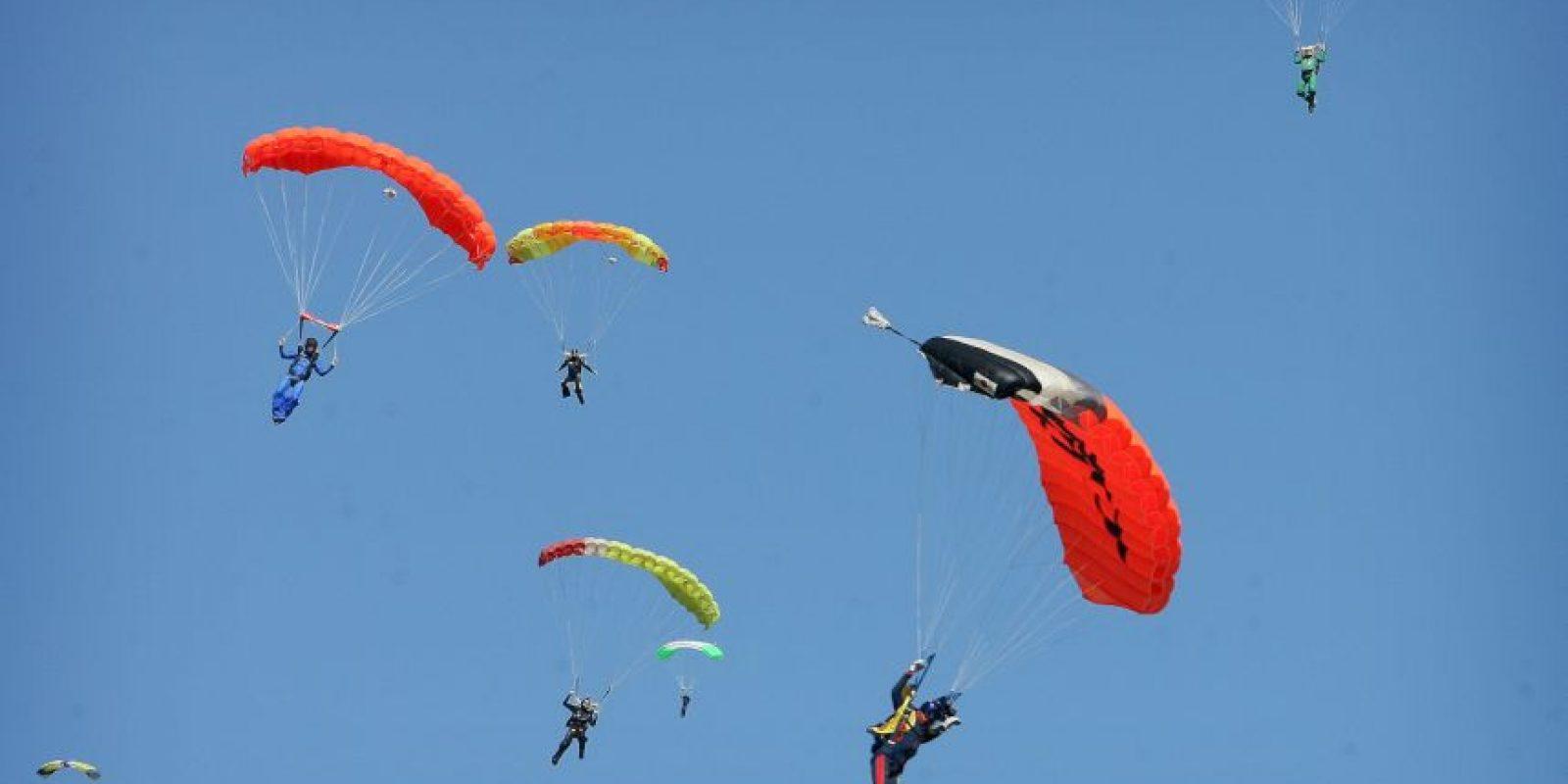 Con ayuda de sus paracaídas logran aterrizar. Foto:AP
