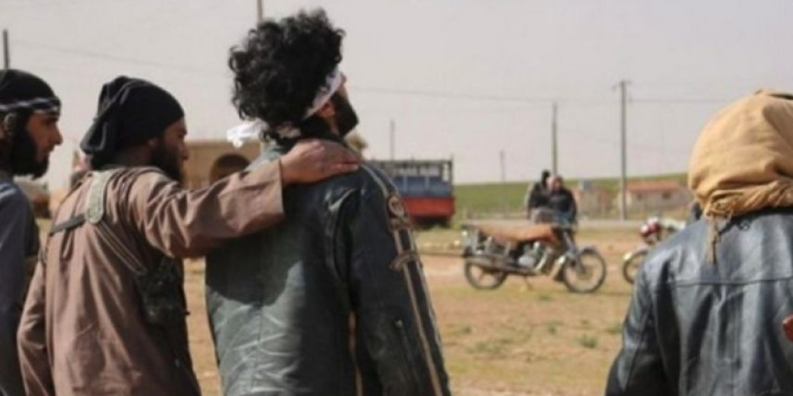 """""""El abrazo de la muerte"""": Lo dan los militantes de ISIS antes de asesinar a la persona Foto:Twitter.com – Archivo"""