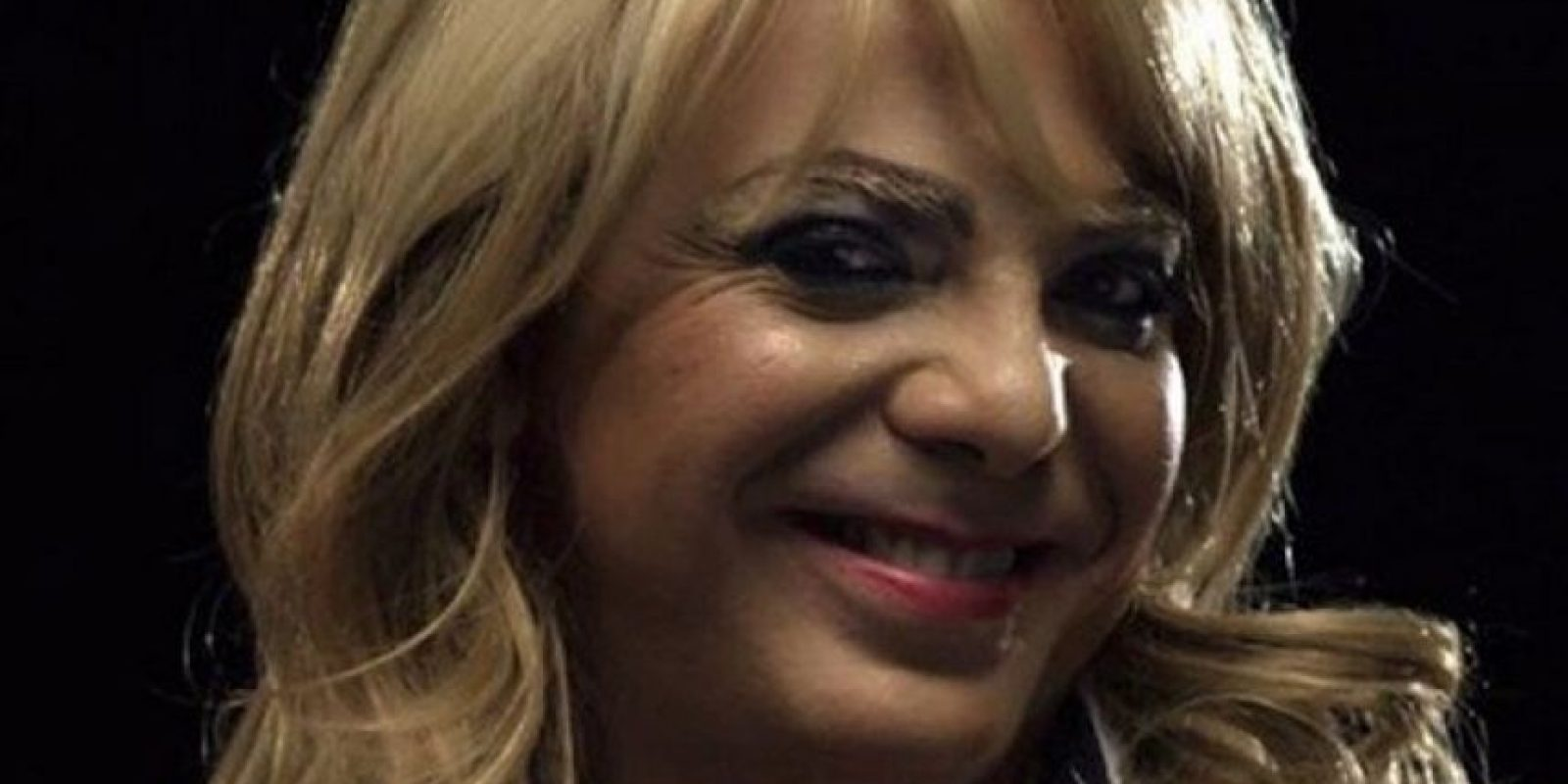 """Mientras simulaba ser la """"Reina de belleza"""", el intéprete de """"Azul"""" se cayó del escenario en un concierto de rock en México. Foto:vía twitter.com/cristiancastro"""