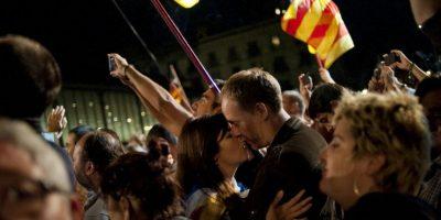 Una pareja se besa durante las elecciones regionales en Barcelona. Los separatistas de Cataluña reclamaron la victoria en su pedido de separarse de España. Foto:AFP