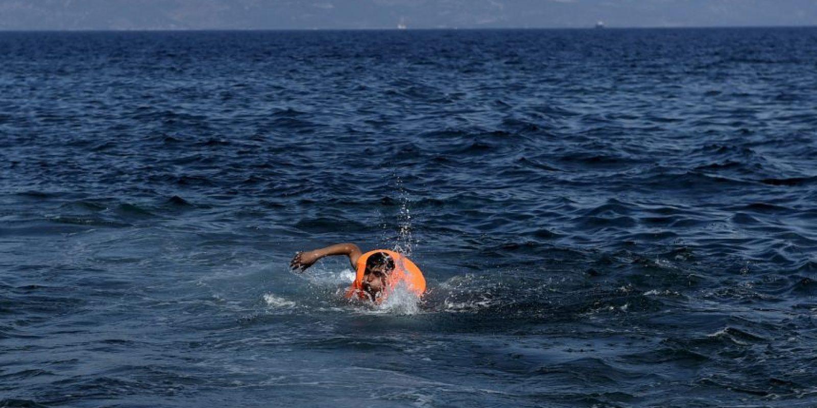 Un migrante nada en la costa de la isla griega de Lesbos. Foto:AFP