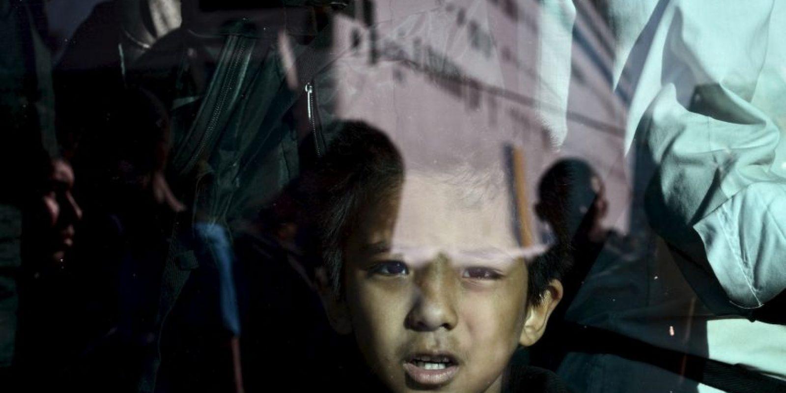 Niño refugiados en un autobús en Grecia. Foto:AFP