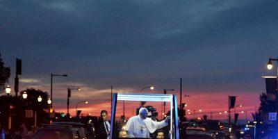 El papa Francisco saluda a los fieles durante su visita a Filadelfia, Estados Unidos. Foto:AFP