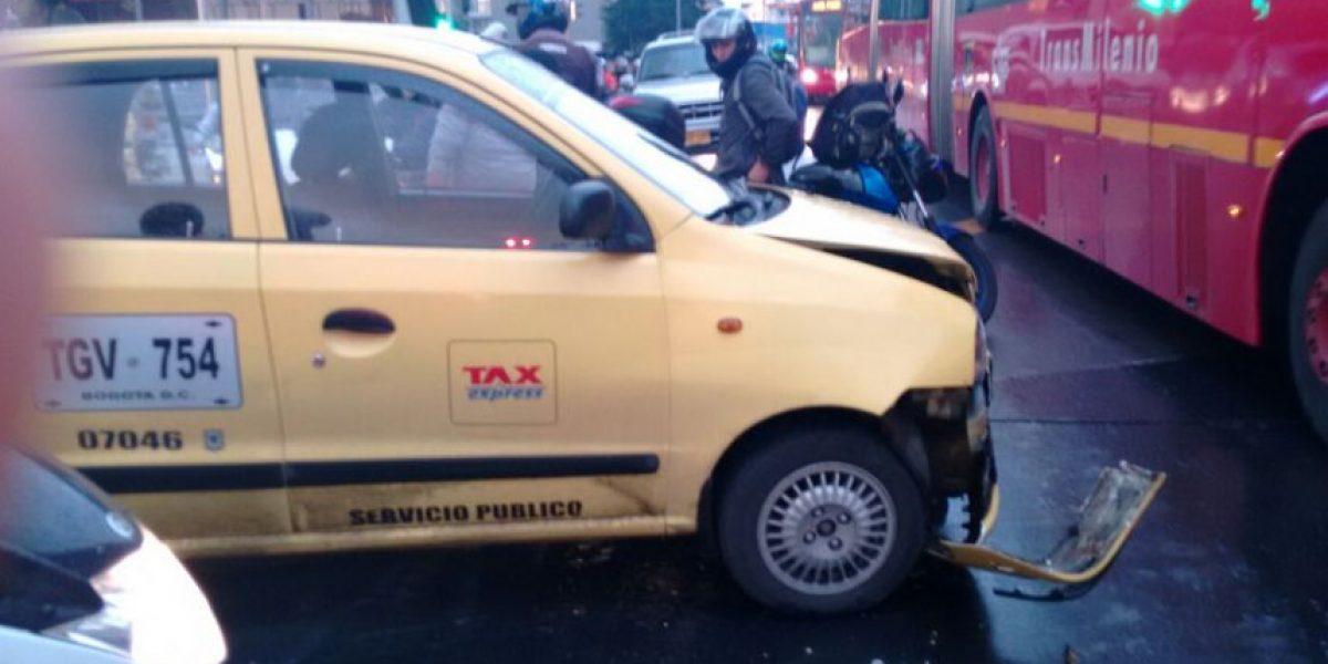 Choque entre taxi y ambulancia colapsa la movilidad en la avenida Caracas