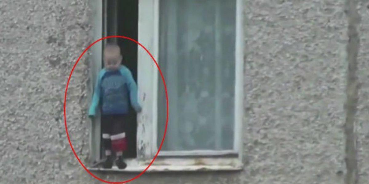 Video: Captan a niño jugando en la ventana de octavo piso