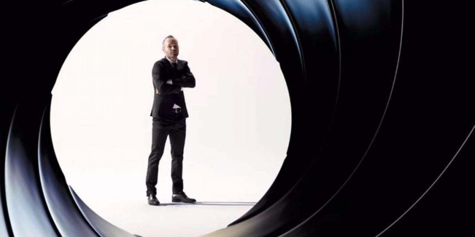 """Andrés Iniesta, junto con otros deportistas españoles, protagonizó un video en homenaje al personaje del cine """"James Bond"""". Foto:Youtube Sony Pictures España"""