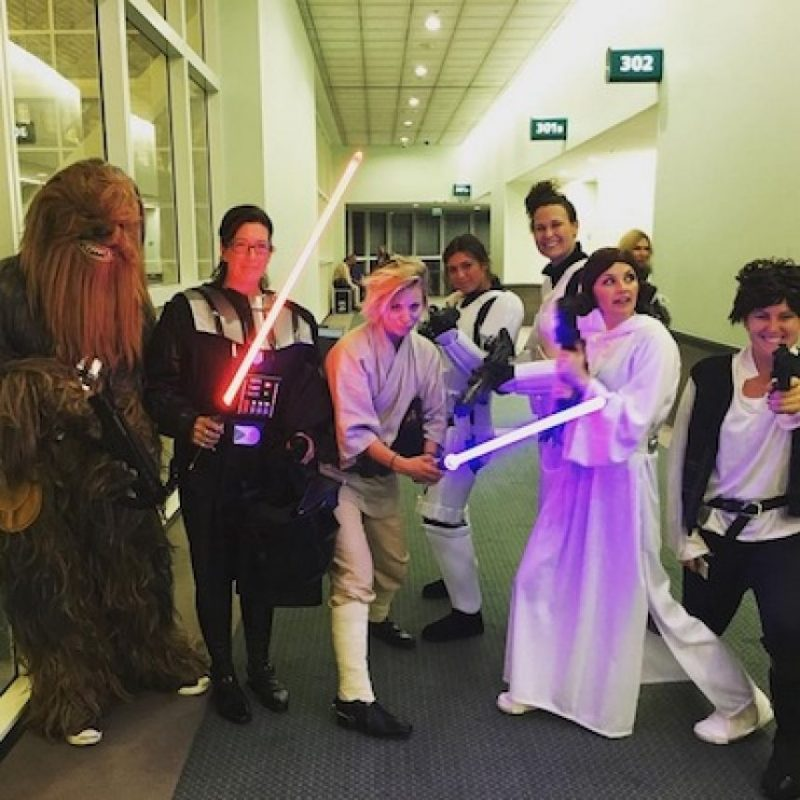 """La actriz de """"Big Bang Theory"""" se disfrazó de """"Luke Skywalker"""" y enfrentó al legendario """"Darth Vader"""". Foto:Instagram/normancook"""