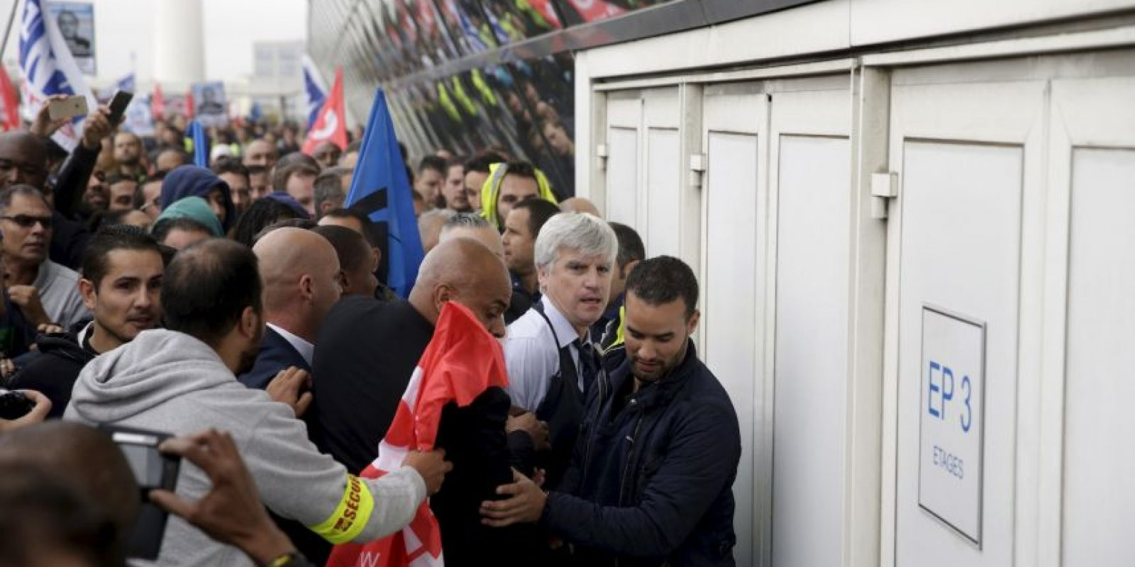 El director de Air France, Orly Pierre, fue casi despojado de su ropa luego que anunciuara los despidos de la empresa. Foto:AFP