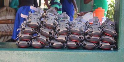 """El zapato se vende a través de un sistema que llaman """"compasión práctica"""", por lo que sus precios dependen de los donativos que les hacen. Foto:Vía Facebook.com/TheShoeThatGrows"""
