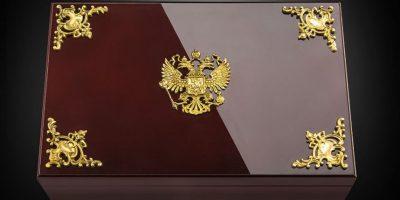 Es entregado en esta caja. Foto:vía caviar-phone.ru