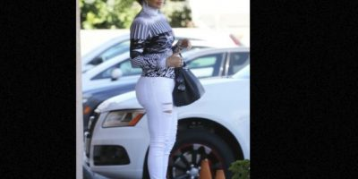 """Quizás Jennifer Lopez sea el único """"sex symbol"""" mayor de talla 8 que sepa cómo lucir jeans blancos. Foto:vía Grosby Group"""