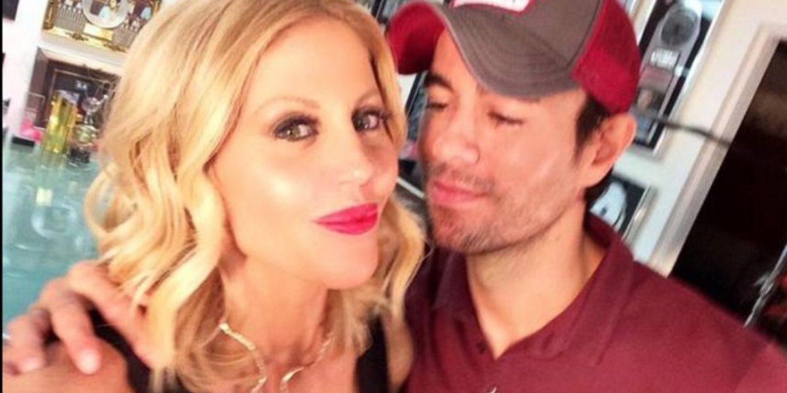 """En estos selfies parece que el cantante está a punto de darle un beso a la corresponsal del programa """"C5N Noticias"""" Foto:vía twitter.com/barbiesimons"""