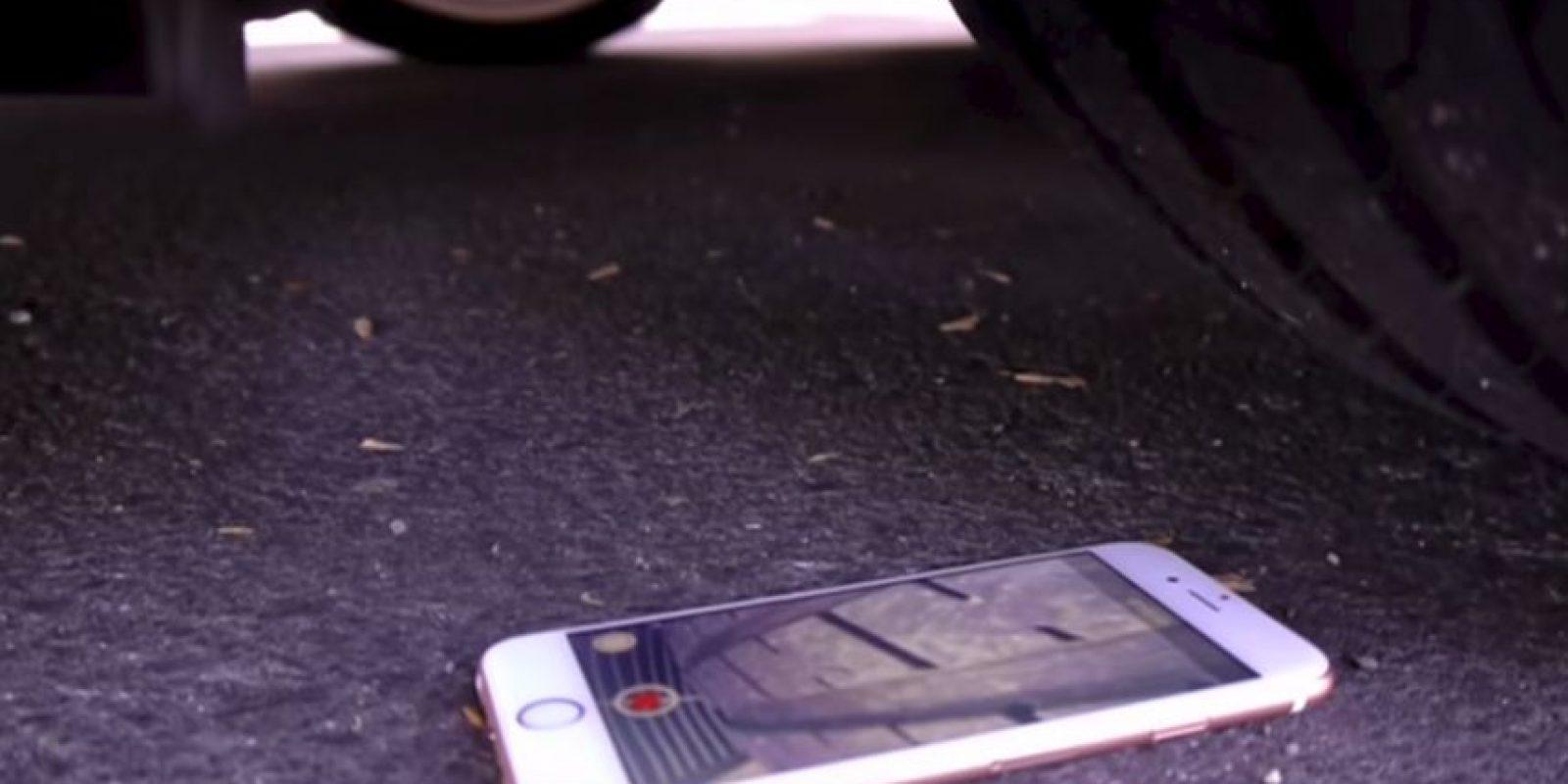 También se grabó la perspectiva del dispositivo al ser aplastado Foto:TechRax/YouTube