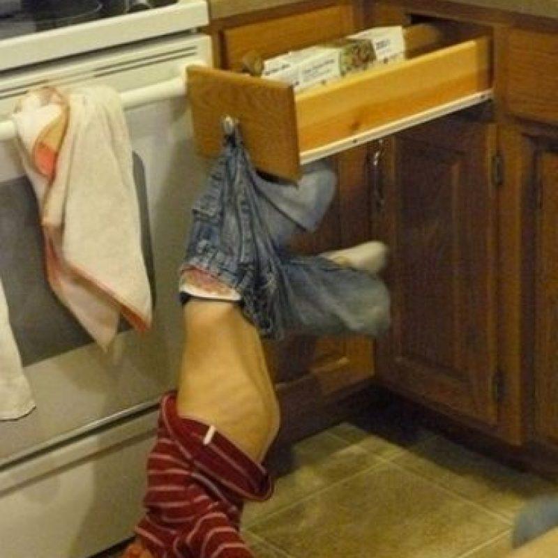 Los cuchillos, peladores o tijeras mal utilizados o en mal estado son nuestros grandes enemigos cuando entramos en la cocina. Foto:Tumblr