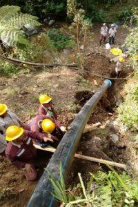Los trabajos de reparación de una tubería que tenía sin el servicio de acueducto a sectores del corregimiento de San Antonio de Prado. Foto:Cortesía: EPM