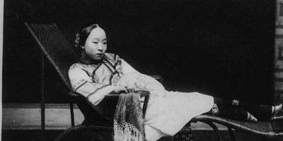 Los delicados pies de las bailarinas de dos mil cien años atrás inspiraron a la sociedad china a vendar los pies de sus hijas casaderas para hacerlas atractivas y así mejorar su posición social. Foto:vía Wikipedia