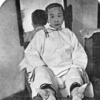 """De esta manera se producía un efecto """"refinado"""" al caminar con elegantes zapatos de seda. Foto:vía Wikipedia"""