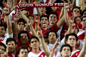 Los hinchas chilenos también se molestaron durante este partido debido a que el himno nacional de su país fue pitado sonoramente por los peruanos. Foto:Getty Images