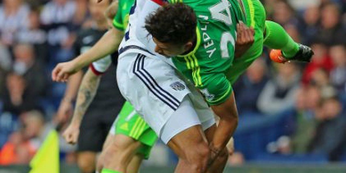 Video: Futbolista latino evita que su rival choque contra el suelo en la Premier League