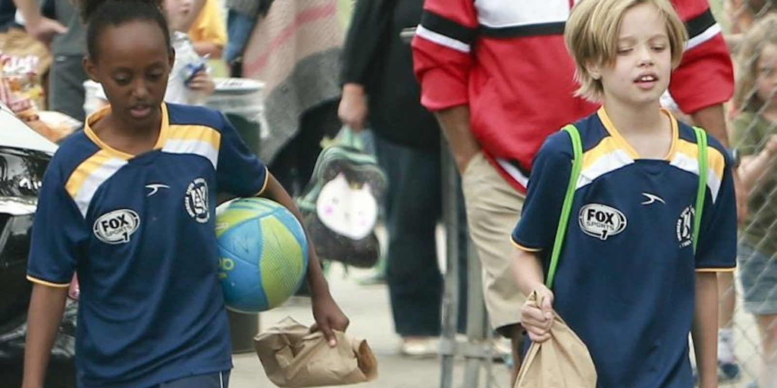 Zahara y Shiloh en sus clases de fútbol. Foto:The Grosby Group