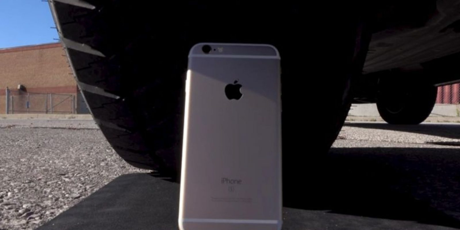 "El smartphone de Apple fue ""atropellado"" por una camioneta. Foto: Unbox Therapy / YouTube"