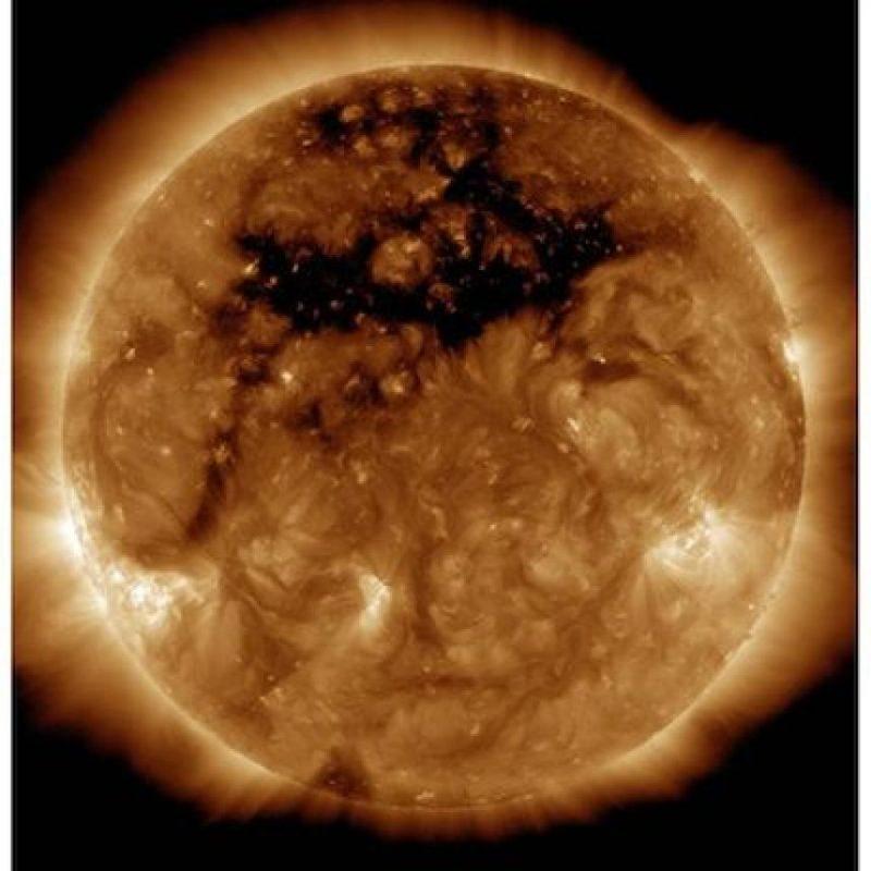"""La región oscura de esta fotografía del Sol se llama """"agujero coronario. Es un campo magnético abierto del astro. Foto:Instagram.com/NASA"""