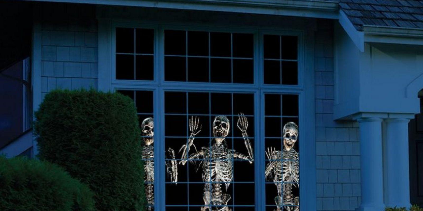 Muestra escenas animadas paranormales tridimensionales de Halloween a través de una ventana o en una pared. Foto:hammacher.com