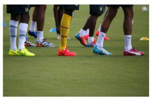 11. Y los futbolistas dejaron en el pasado los zapatos oscuros. Foto:Getty Images