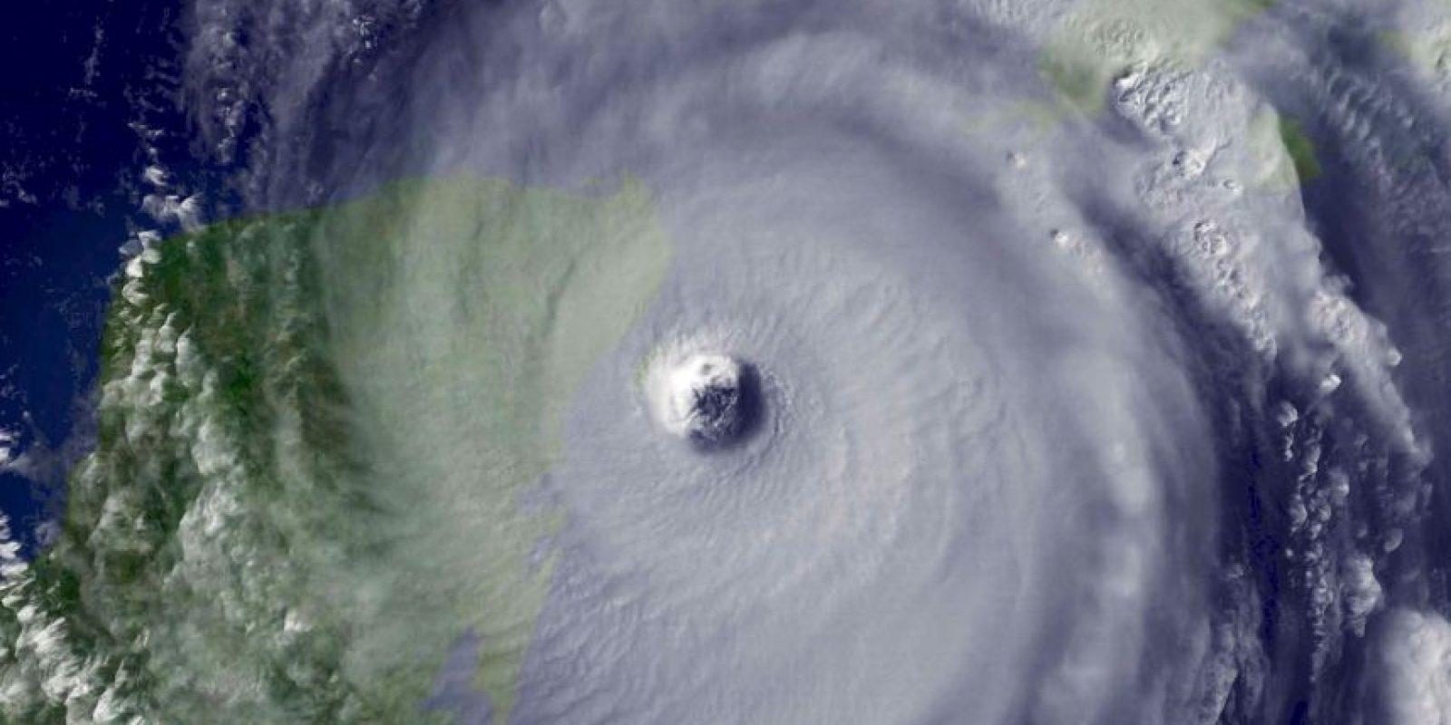 Huracán Wilma. En 2005 el fenómeno alcanzó el récord de intensidad: 295 Km/h y con una presión de 882hPa, matando a 63 personas y dejando daños económicos cercanos a los 30 mil millones de dólares. Foto:Vía Getty Images