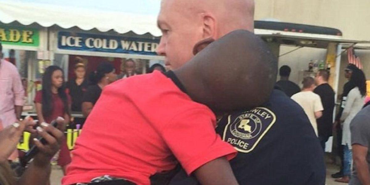 Emotivo momento: Policía abraza y reconforta a niño perdido