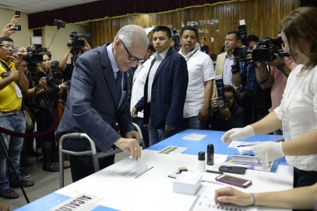 El presidente Alejandro Maldonado emitiendo su voto Foto:AFP