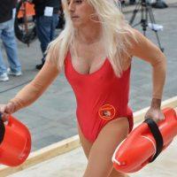 """En 2013, Matt Lauer se disfrazó de Pamela Anderson en """"Guardianes de la Bahía"""". Foto:Getty Images"""