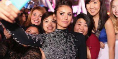 Nina Dobrev tomándose una selfie con sus fans. Foto:Getty Images
