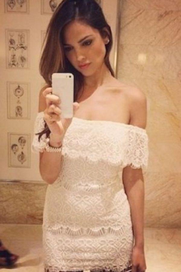 Eiza González presumiendo su vestido. Foto:vía Instagram.com