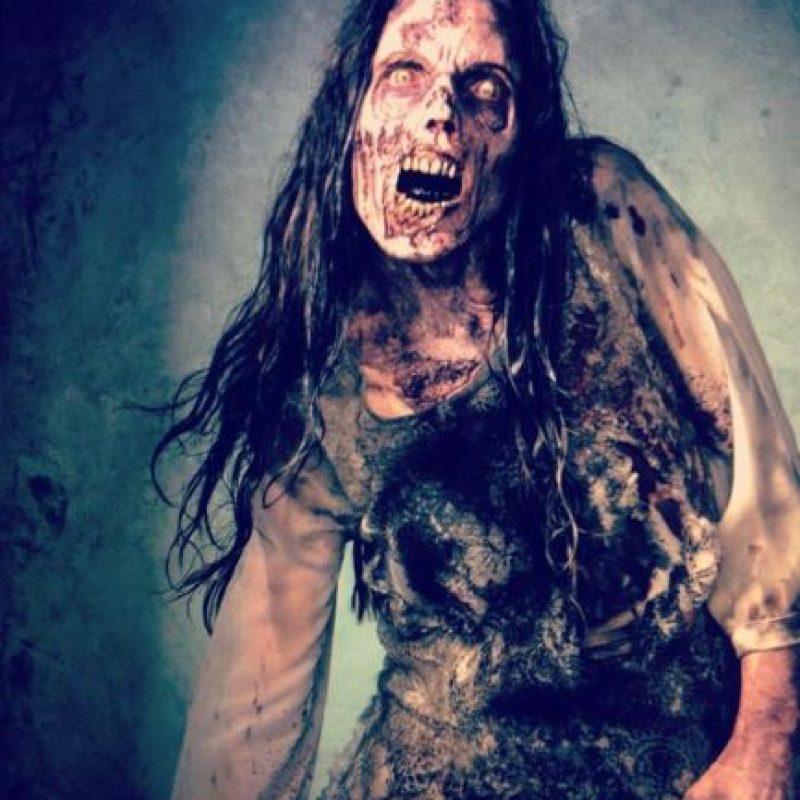 """6. No cualquiera puede ser zombie. Todos los actores que quieren aparecer en la serie como """"caminantes"""", tienen que asistir a una escuela en Los Ángeles donde se les enseña cómo caminar, respirar, gruñir y comer como zombie. Foto:Vía Facebook.com/TheWalkingDeadAMC"""