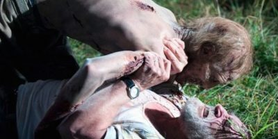 """Cuando muere """"Dale"""", sus tripas fueron hechas con pechugas de pollo. Foto:Vía AMC"""