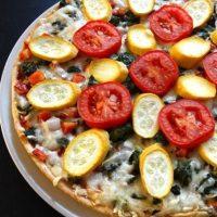 Pizza de queso de cabra con tomate rojo y espinaca Foto:Pixabay