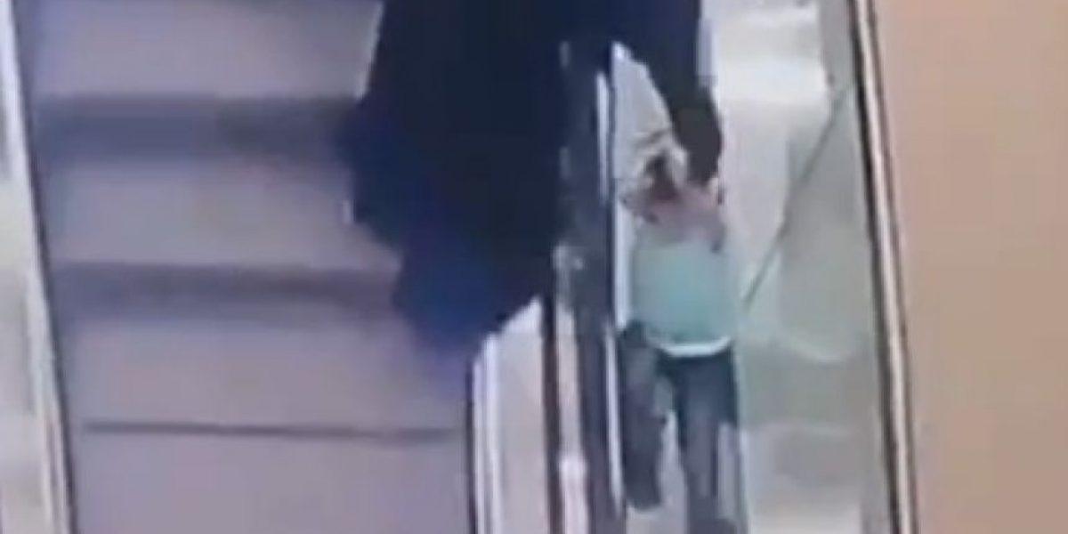 Otro accidente en escaleras eléctricas: Niña cae mientras su tía veía el teléfono