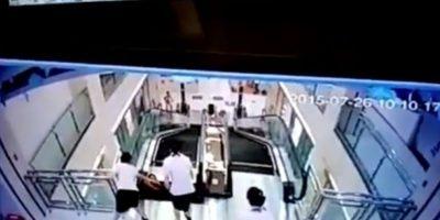 Una madre murió al caer en el interior de unas escaleras eléctricas Foto:Liveleak.com