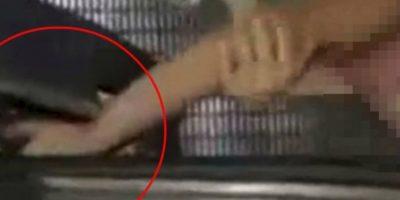 La mano de un niño quedó atrapada, también sucedió en China Foto:Liveleak.com