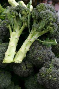 Es una buena fuente de vitamina C y manganeso. Entre las otras verduras crucíferas que se recomienda comer están: la col de Bruselas, la colifor y el rapini Foto: Getty Images