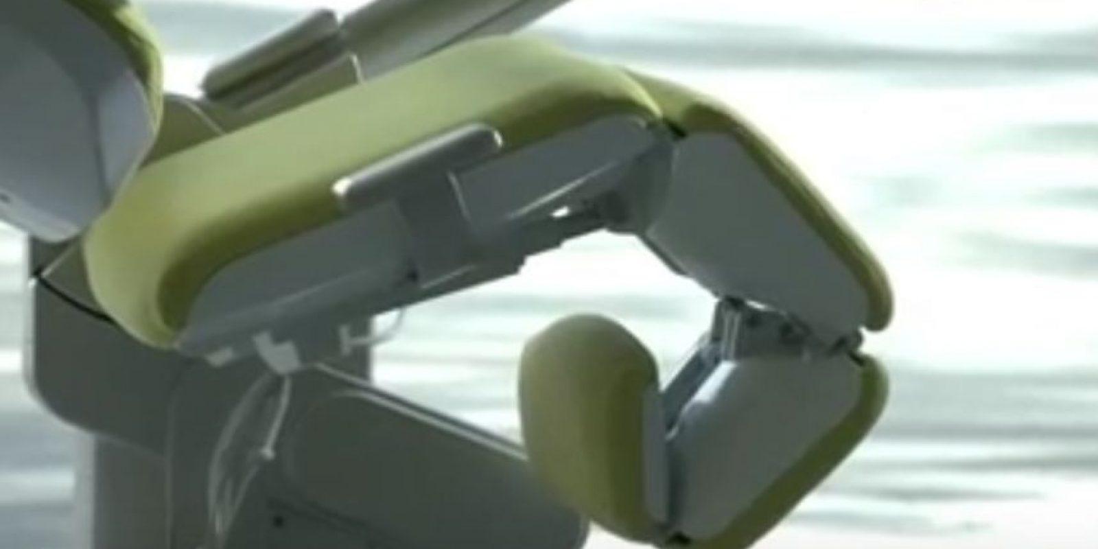Puede elevar las piernas. Foto:Vía Youtube/AltWork