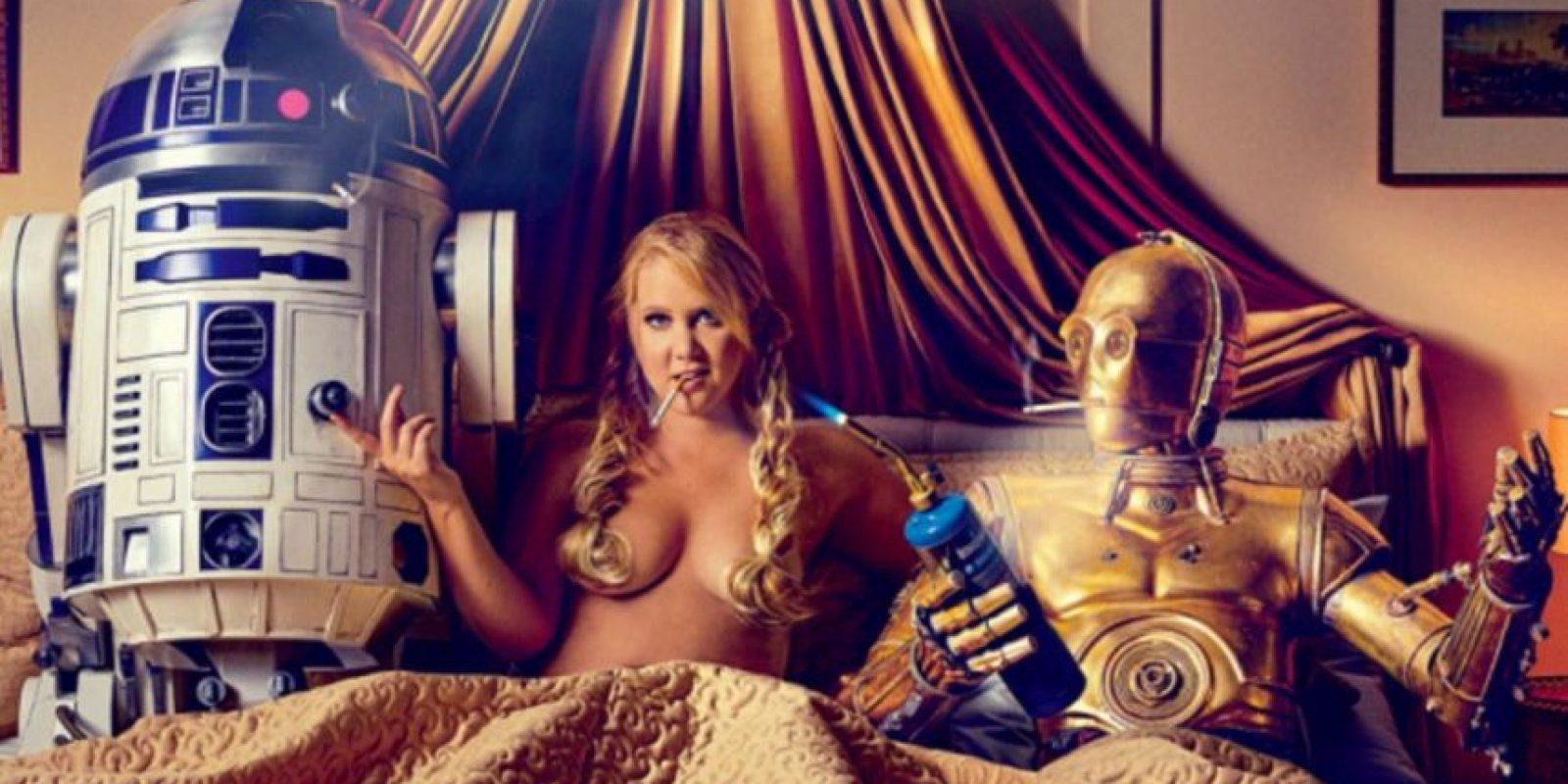 """Schumer sale vestida como la """"Princesa Leia"""" lamiendo el dedo del robot C3PO Foto:GQ"""