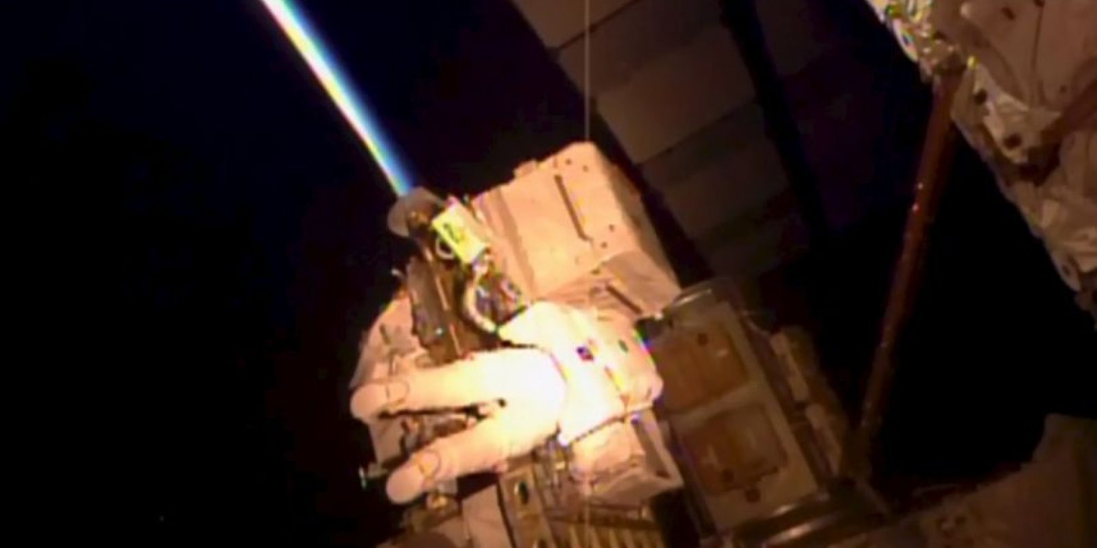 Durante la caminata, que está programada para durar seis horas y media, los astronautas engrasaron un extremo del brazo robótico de la estación Foto:AP